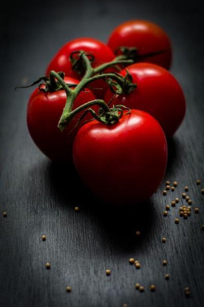 Cara Menghilangkan Bruntusan di Wajah dengan Tomat
