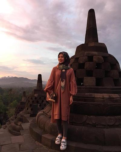 1. Simple dan Manis, Gaya Ayana Moon Saat ke Candi Borobudur!