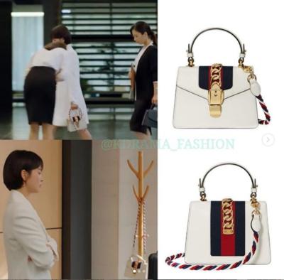 1. Blazer Putih dan Tas Putih Bermerk Gucci