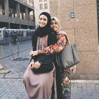 Intip Deretan Penampilan Cantik Maudy Ayunda dengan Hijab Saat Umroh