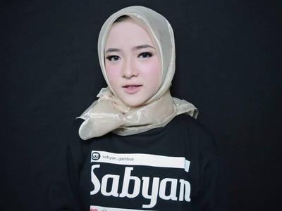 Cara Memakai Hijab Segi Empat Anti Ribet ala Nissa Sabyan, Tampil On Point Setiap Hari!