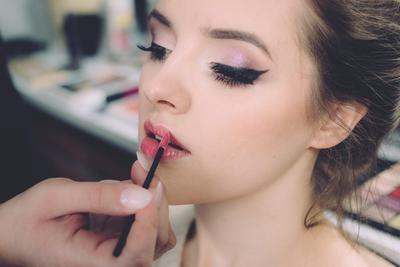 4. Menggunakan Makeup Berlebih