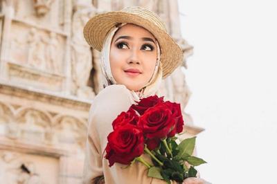 Mau Tampil Kece? Contek Cara Berhijab Dian Pelangi dengan Hijab Motif yang Lagi Hits