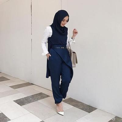 3. Setelan Baju Muslim Warna Navy Blue  dengan Atasan Monochromatic Blue