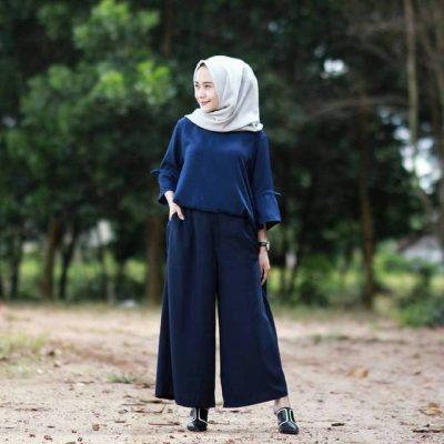 1. Baju Muslim Warna Navy Blue  dengan Hijab Classic Putih