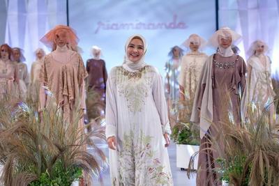 Gak Cuma On The Spot, 5 Desainer Ini Juga Jual Hijab Lewat Online Shop