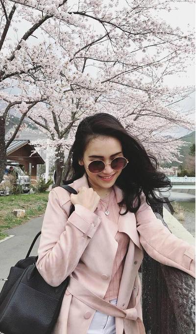Terlihat Cantik ketika mengenakan Blazer Pink sama dengan Bunga Sakura