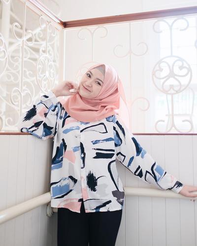 Gak Melulu Feminim, Ini Perpaduan Warna Hijab Pink Agar Tampilan Lebih Edgy