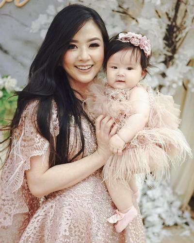 Cantik, Trendi dan Kekinian! Style Franda Ini Bisa Jadi Inspirasi Banget buat Ibu Muda