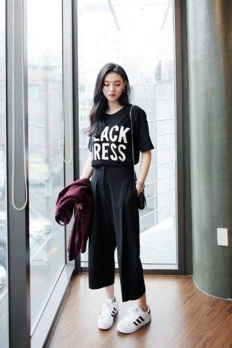 4. Padukan Celana Kulot dengan Kaos yang Pas di Badan