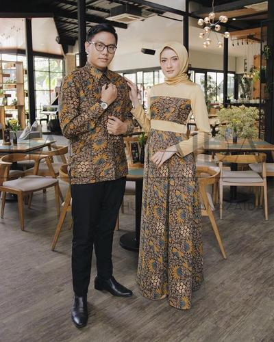 Mau Tampil Serasi di Pesta Pernikahan? Kamu Bisa Banget Pakai Baju Batik Couple yang Oke Ini