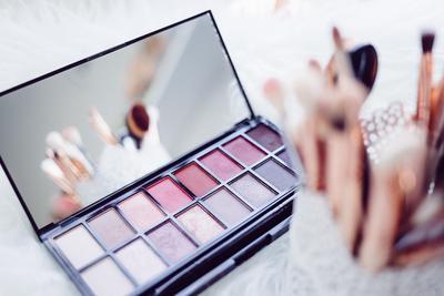 Mau Beli Produk Makeup yang Oke dan Lengkap? Yuk, Kunjungi 3 Situs Belanja Online Ini!