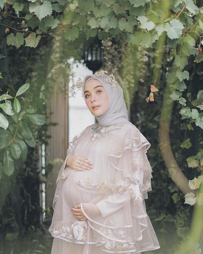 5 Inspirasi Foto Maternity Ala Selebgram Hijab, Cantik dan Anggun Meski Tertutup