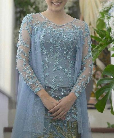 Elegan dengan Warna Biru Saat Lamaran, yuk Intip Inspirasi Kebaya Modern Ini!