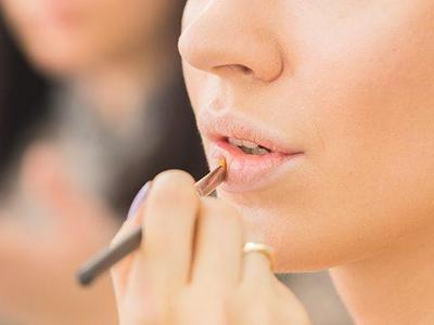 2. Gunakan Concealor Untuk Meratakan Warna Bibir Dengan Kulit