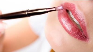 4. Aplikasikan Lipstik Dengan Hasil Akhir Glossy