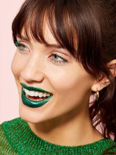 Cara Makeup Unik yang Bisa Kamu Tiru, Bikin Eyelash dan Lipstick Jadi Matching!