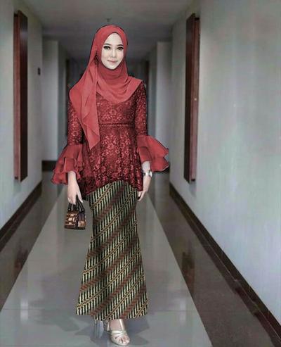 Kebaya Wisuda dengan Rok Batik Panjang Mermaid
