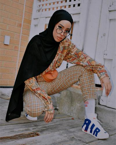 Inspirasi Mix and Match Vintage Style ala Hijabers Asal Toronto Hodan Yousuf, Kece Abis!