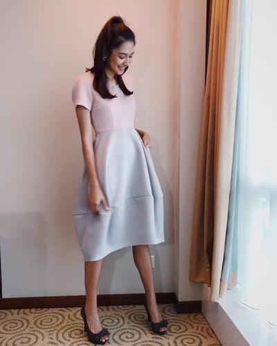 Tampil Girly dengan Dress Simple