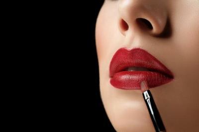Gunakan Kuas Lipstik
