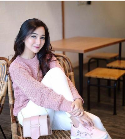 1. Satukan Outfit Warna Pink untuk Gaya Casual yang Manis
