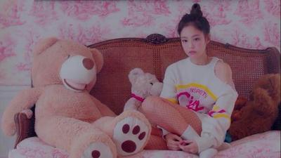 Cute Girl dengan Outfit Sweater Putih