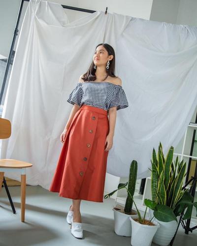 Sabrina Top dengan Tie-up Skirt