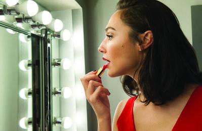 Deretan Lipstik Revlon Ini Punya Warna Oke Banget, Ladies! Kamu Wajib Coba!