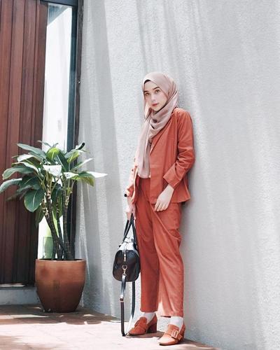 Style Hijaber dengan Outfit Warna Coral yang Tren 2019, Bikin Kamu Terlihat Fresh dan Cheerful!