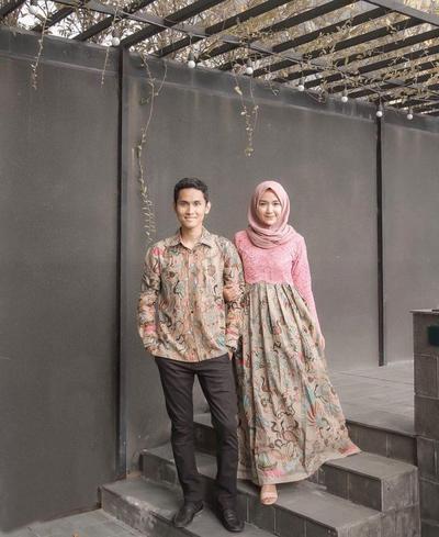 Sungguh Serasi! Inilah Inspirasi Baju Batik Couple Biar Lebih Kompak