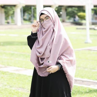 Tampil dengan Perpaduan Gamis Hitam Polos dengan Hijab Kriwil dan Cadar Pink Pastel
