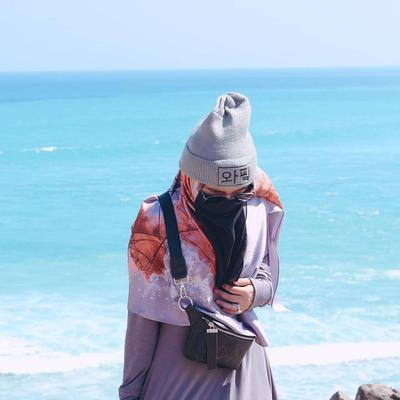 Cadar, Hijab Bermotif, dan Topi Kupluk Menjkadi Perpaduan Serasi Saat ke Pantai