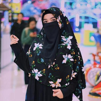 Hijab Syar'i Hitam Bermotif Berpadu dengan Gamis dan Cadar Hitam Emang Terlihat Klop