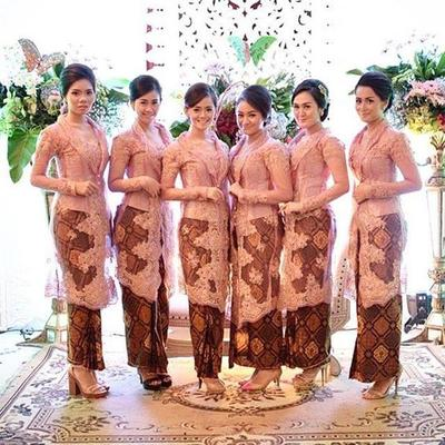 Padu Padan Kebaya dengan Model Rok Batik Panjang Ini Pas Banget buat ke Pesta! Kamu Mesti Coba!