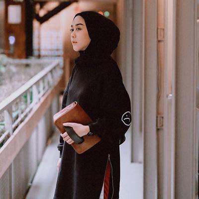 Tampil Kece Badai dengan Monokrom Style Hijabers Intan Khasanah '@strngrrr'