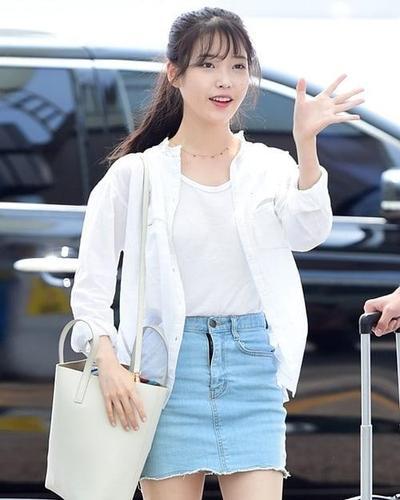 Tampil Fresh Dengan Style Short Denim Skirt IU