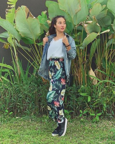 Tampil Simpel menggunakan Jaket Denim dan Rok Bermotif Floral Emang Kece Banget