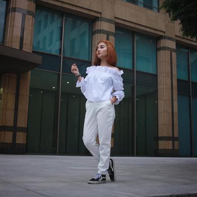 Outfit Serba Putih dengan Atasan Off-Shoulders Membuat Naomi Terlihat Anggun
