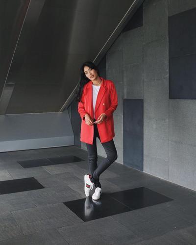Red Blazer dan Skinny Jeans