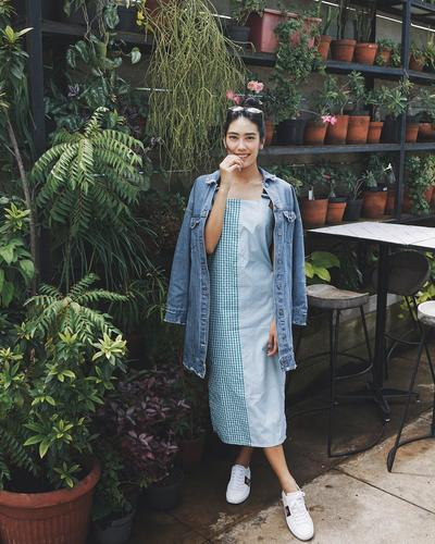 Overall Dress dan Oversize Denim Jacket