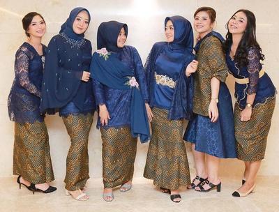 5 Inspirasi Model Kebaya Warna Navy yang Anggun untuk Kondangan Weekend Ini