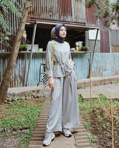 Gak Bikin Tubuh Terlihat Pendek, Ini 6 Hijab Style Celana Kulot Mix Sneakers ala Helmi Nursifah