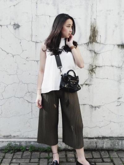 Namun hindari memakai celana kulot di pinggul serta hindari mix and match  kulot plisket dengan blouse model layer untuk kamu yang bertubuh pendek  agar tak ... bb41619240