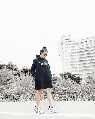 Style Boyish Keren dengan Sepatu Sneakers ala Marsha Aruan