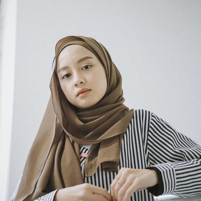 OOTD Hijab Simple Gita Savitri yang Cocok Banget Dipakai Buat Hang Out!