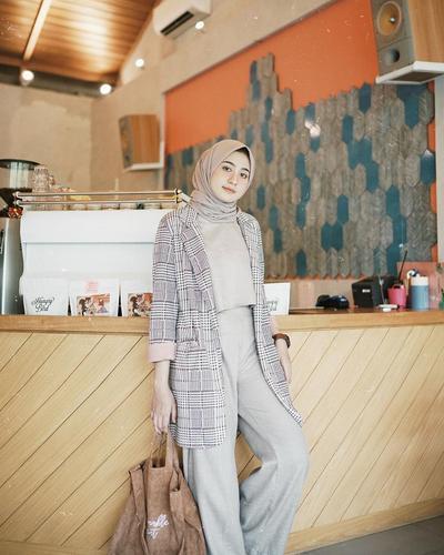 6 Hijab Style Celana Kulot ala Helmi Nursifah untuk Tampil Casual - Formal