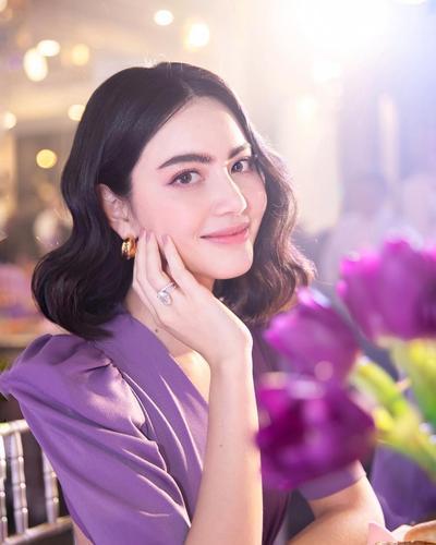 Tampil Classy dengan Gaya Rambut Artis Cantik Thailand, Davika Hoorne