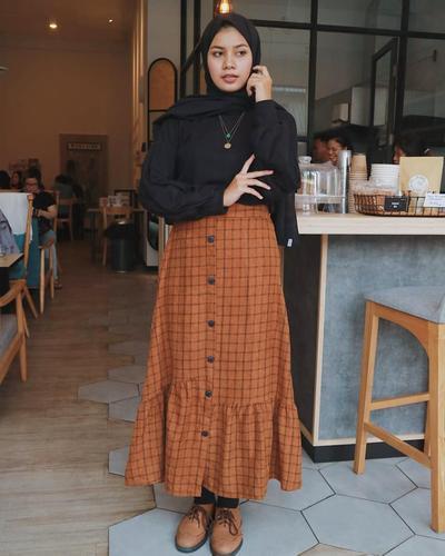 Hijabers! Coba deh Inspirasi Mix and Match Button Skirt Kekinian agar Tampil Kece