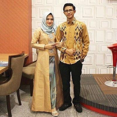 Mau Tampil Serasi dengan Pasangan? Kamu Bisa Banget Ikuti Style Baju Muslim Couple yang Kece Ini!